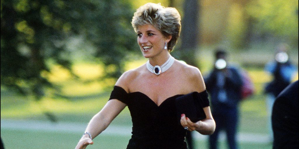 ladydianaabitoversace lady diana Lady Diana: icona di stile senza tempo landscape 1492530661 lady diana giardino 20 anni londra 2 1024x512