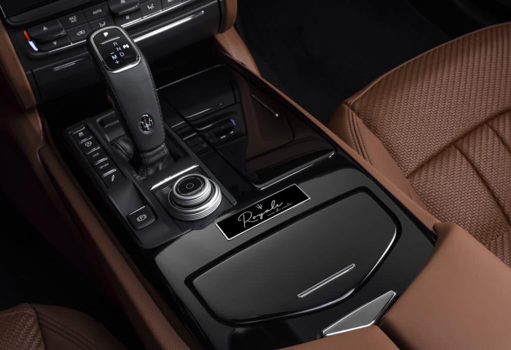 Maserati presenta la serie speciale Royale 16383 maseratiquattroporteroyalebadge 1 1024x702